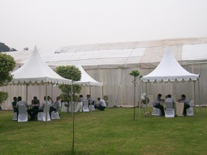kombinas tenda kerucut dengan tenda pameran